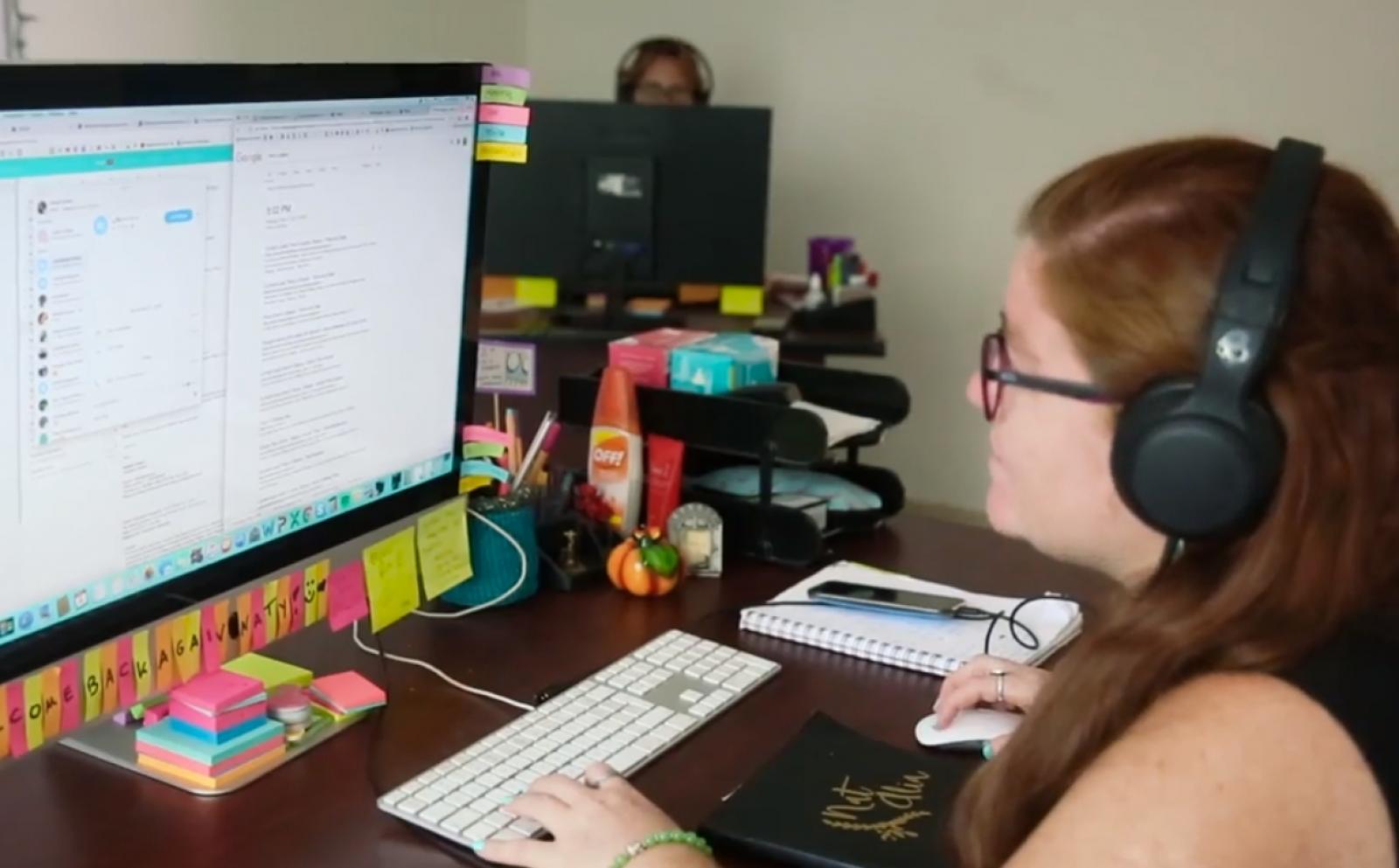 Une chargée de liaison de Projects Abroad guide un volontaire dans le processus de préparation au départ.